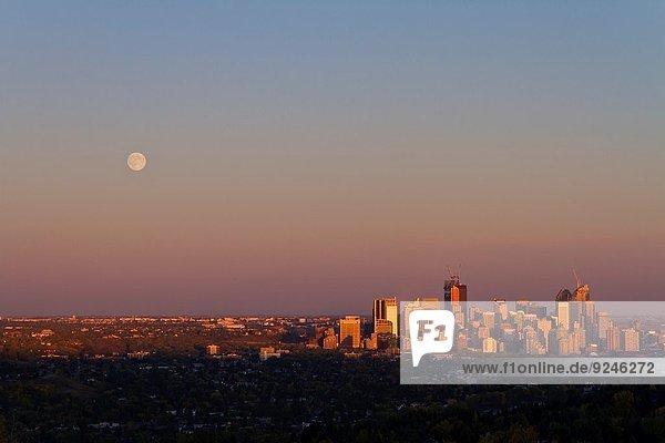 hoch oben Skyline Skylines Helligkeit beleuchtet Sonnenuntergang über Gebäude Hügel aufwärts Spiegelung Großstadt Ignoranz Stille Mond schießen 55-60 Jahre 55 bis 60 Jahre Mondschein 6 7 sieben Calgary voll Ort Reflections