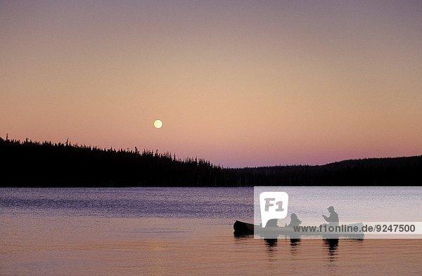 Mensch Menschen aufwärts Mond Kanu angeln Cascade Mountain voll Oregon