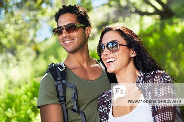 Lächelndes Paar im Wald
