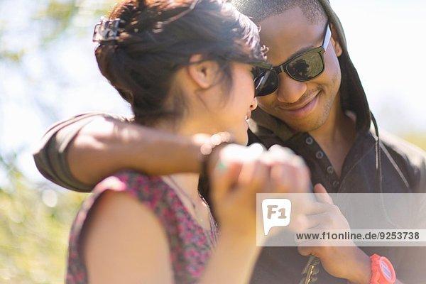 Nahaufnahme eines romantischen jungen Paares  das Händchen hält