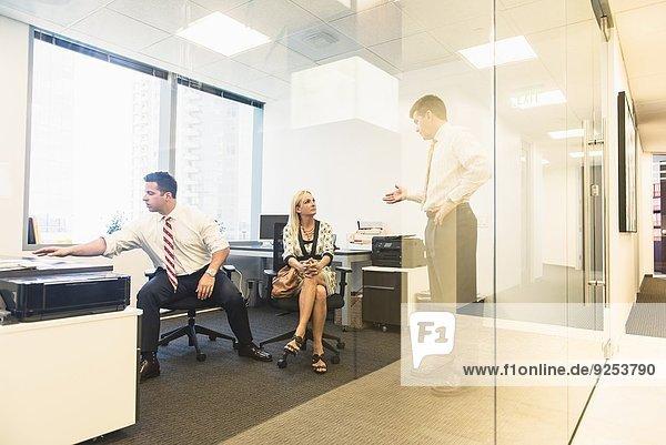 Wirtschaftsjuristinnen und Wirtschaftsjuristen treffen sich im Büro