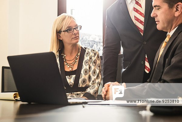 Drei Wirtschaftsanwälte treffen sich im Büro