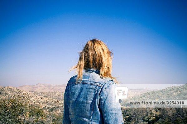 Rückansicht der mittleren erwachsenen Frau mit Blick auf den Lake Arrowhead  Kalifornien  USA