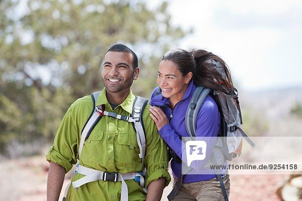Lächelndes Paar beim Wandern  Sedona  Arizona  USA