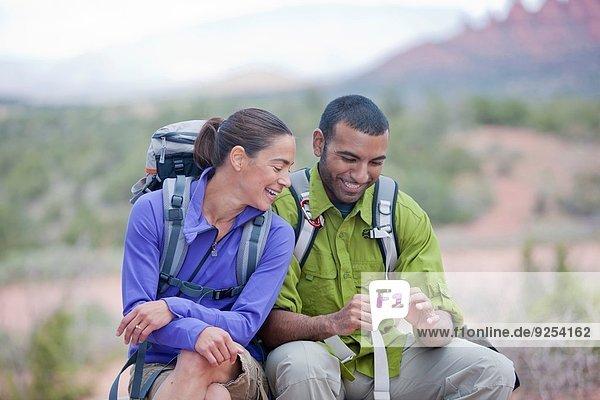 Wanderpaar beim Lesen auf dem Smartphone  Sedona  Arizona  USA