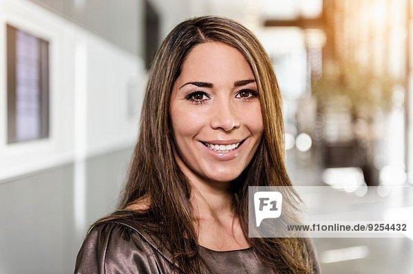 Porträt einer mittleren erwachsenen Geschäftsfrau im Büro