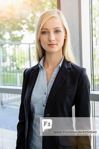 Porträt einer ehrgeizigen jungen Geschäftsfrau im Amt