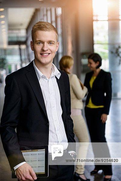 Portrait eines Geschäftsmannes mit digitalem Tablett im Büro