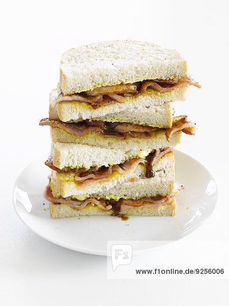 Sandwiches mit Bacon und Zwiebeln  gestapelt