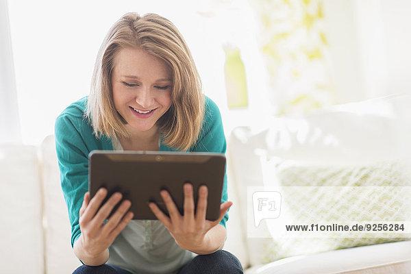 benutzen Portrait Frau Couch Tablet PC