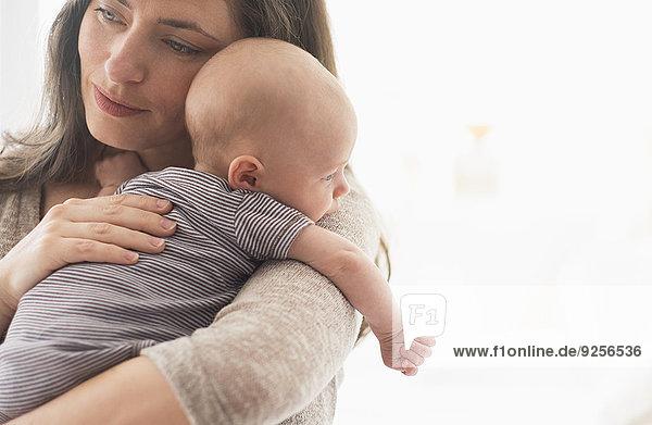 Junge - Person halten Mutter - Mensch Baby