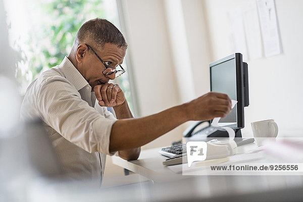 Mann arbeiten reifer Erwachsene reife Erwachsene Heimarbeitsplatz