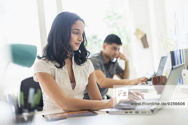 junge Frau junge Frauen Mann arbeiten Büro