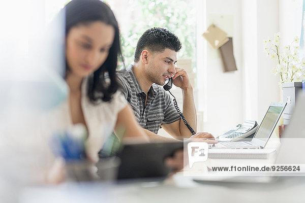 Frau Mann arbeiten Büro jung