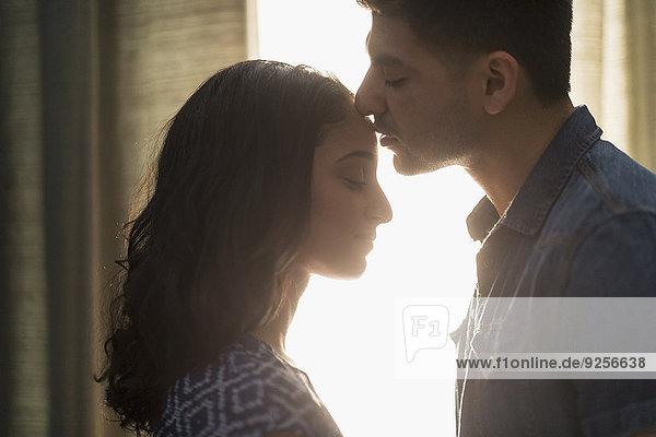 küssen Sonnenlicht jung
