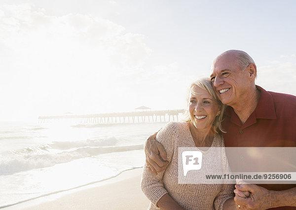 Senior Senioren umarmen Strand