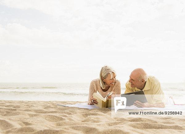 Senior Senioren Buch Strand vorlesen
