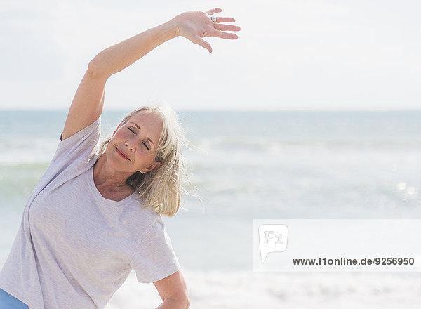 Senior Senioren Frau Strand üben