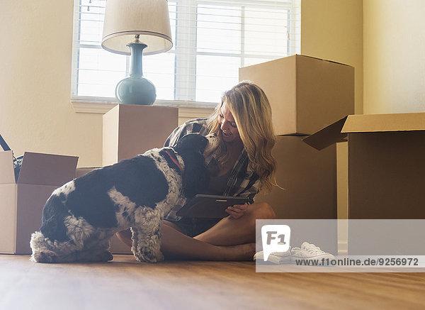junge Frau junge Frauen Wohnhaus Hund neu