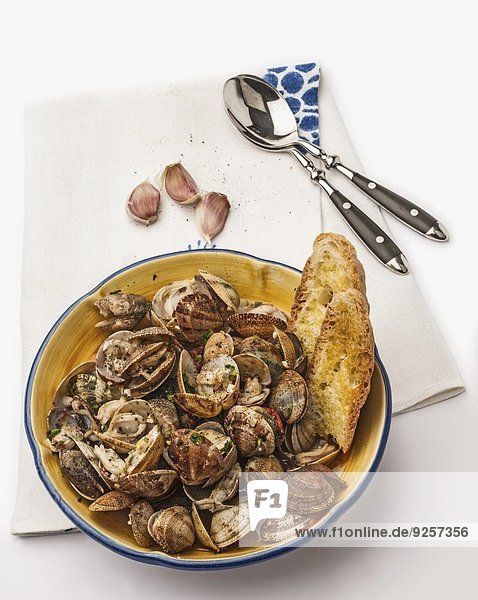 Sautierte Venusmuscheln mit Knoblauch und Brot