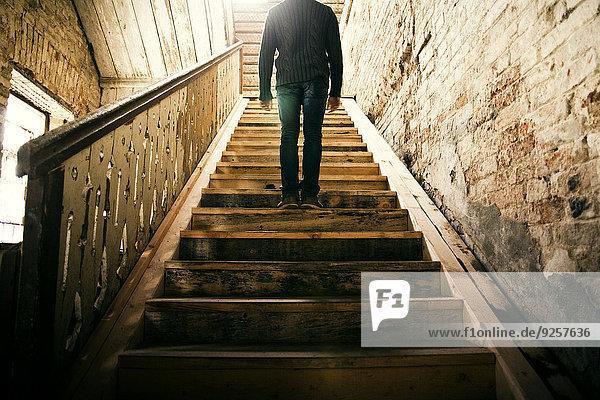 stehend Mann Treppenhaus