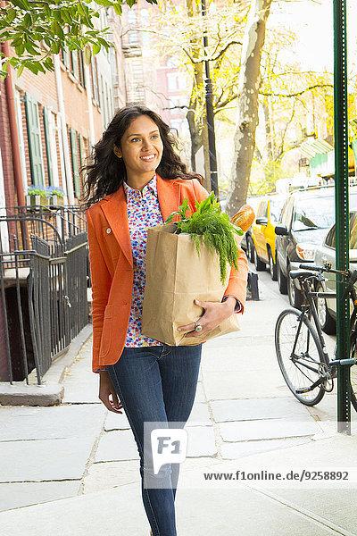 Frau tragen Weg Lebensmittelladen Großstadt mischen Mixed