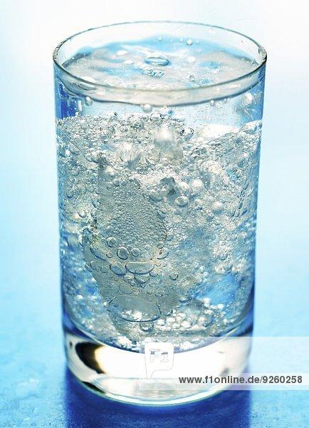 Ein Glas Mineralwasser mit Eiswürfeln