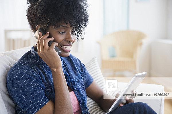 benutzen, Frau, Computer, schwarz, Tablet PC, telefoniert