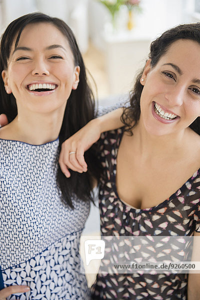 stehend Zusammenhalt Frau lächeln