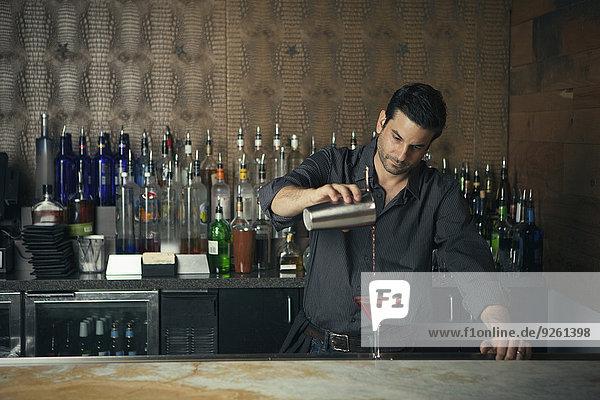 Europäer eingießen einschenken Getränk Barkeeperin