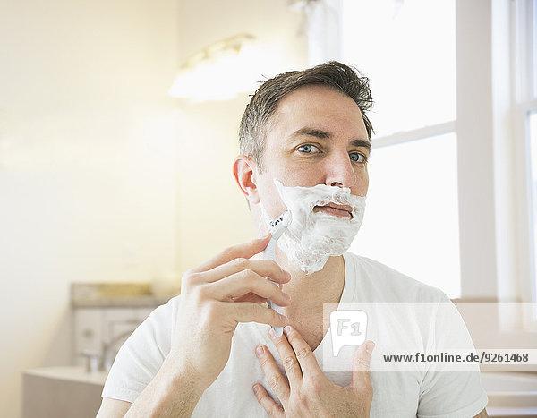 Europäer Mann Badezimmer Rasur