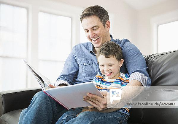 Europäer Couch Menschlicher Vater Sohn vorlesen