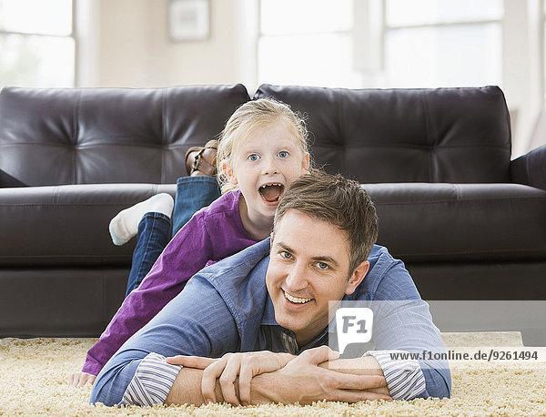 Europäer Menschlicher Vater Zimmer Tochter Wohnzimmer spielen