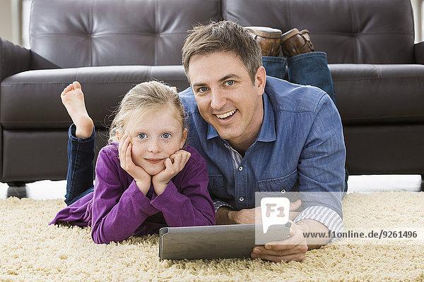 benutzen Europäer Computer Menschlicher Vater Zimmer Tochter Wohnzimmer Tablet PC
