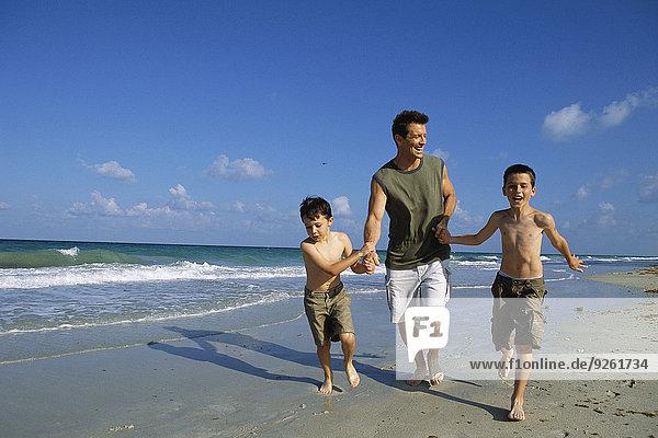 Zusammenhalt gehen Strand Menschlicher Vater Sohn