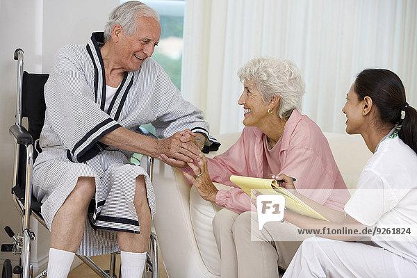 Interior zu Hause Senior Senioren sprechen Besuch Treffen trifft