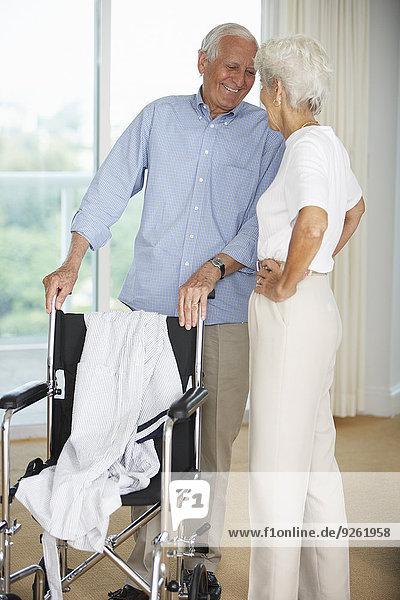 stehend Senior Senioren Rollstuhl