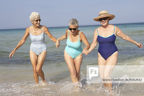 Senior Senioren Frau gehen Strand