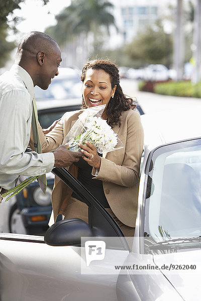 Mann Freundin geben Blume