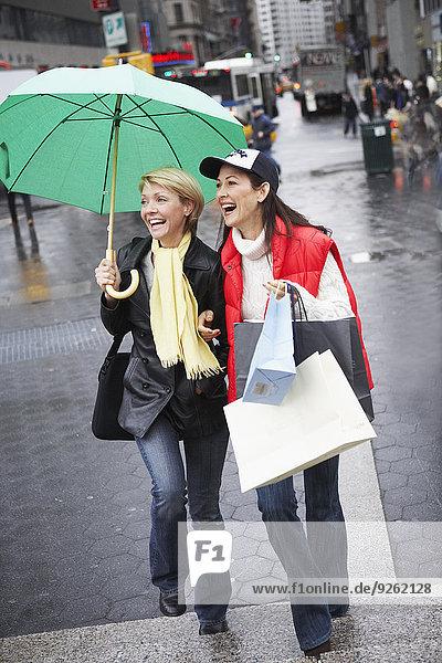 Zusammenhalt Frau gehen Straße Großstadt