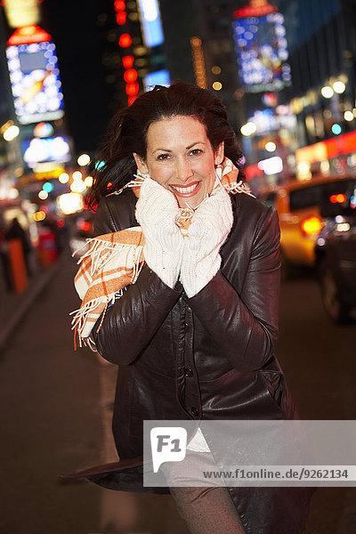 hoch oben beleuchtet Frau Vereinigte Staaten von Amerika USA New York City lächeln Nacht Straße Großstadt