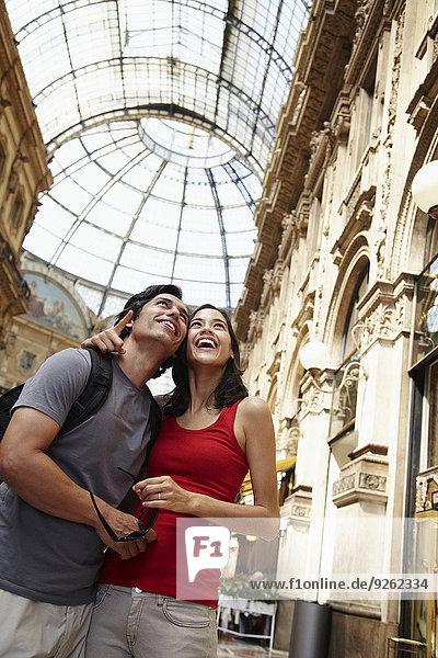 Paar bewundern Architektur in Mailand  Italien