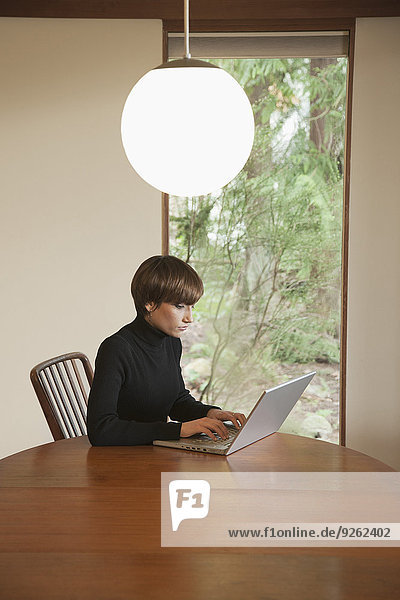 benutzen Europäer Frau Notebook Tisch