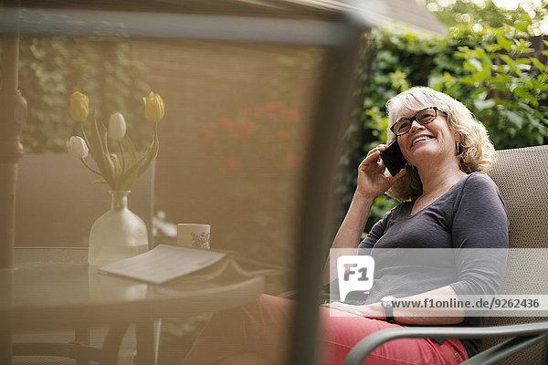 Handy Außenaufnahme Europäer Frau sprechen freie Natur