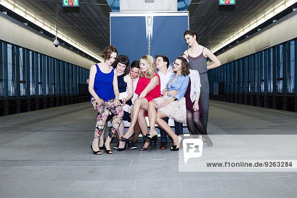 Gruppe von Freunden in der U-Bahn-Station