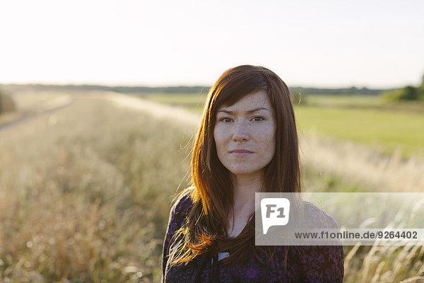 Porträt einer brünetten Frau auf einem Feld