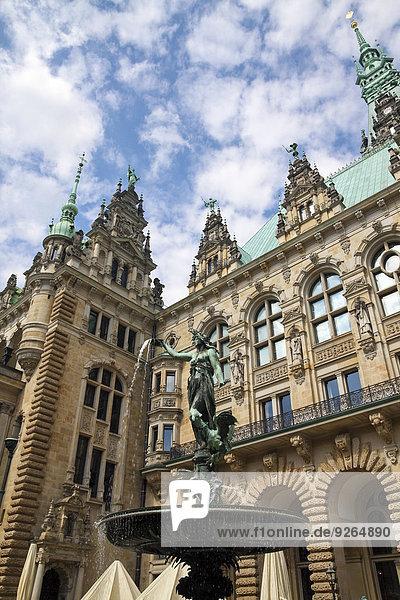 Deutschland  Hamburg  Brunnen mit Skulptur im Rathaus