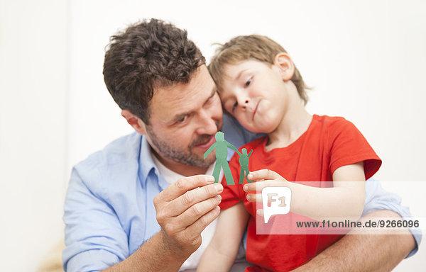 Vater und Sohn betrachten Silhouetten