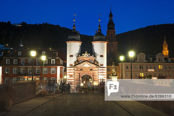 Deutschland  Baden-Württemberg  Heidelberg  Altstadt  Alte Brücke mit Brückentor am Abend