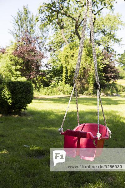 Kinderschaukel im Garten